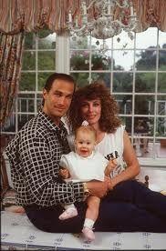 Kelly Lebrock, segunda esposa de Steven Seagal con uno de sus hijos.