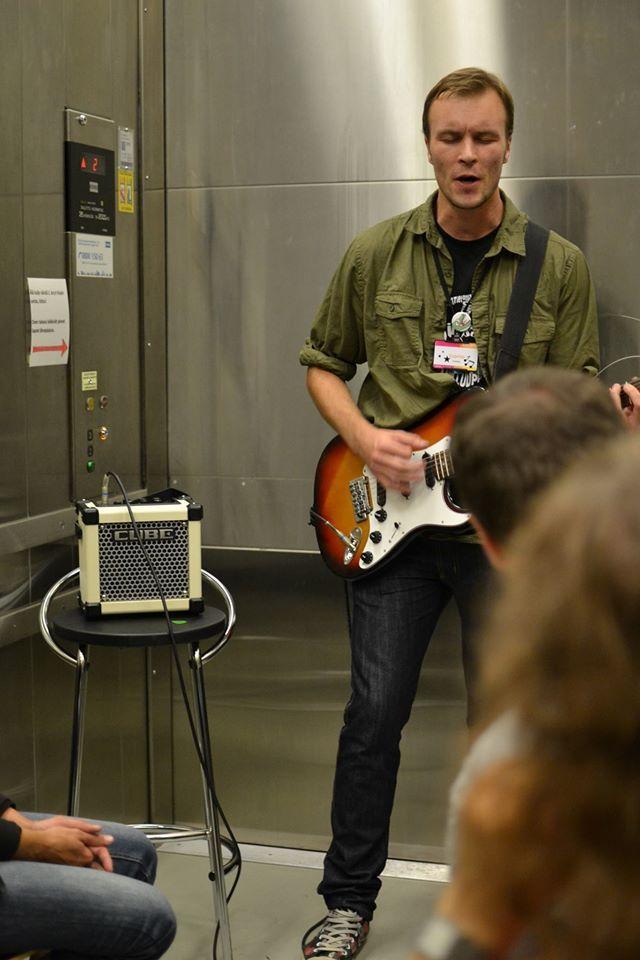 Hissimusiikki eli muzak heräsi henkiin taiteilija Tuomio Karvosen tahdittamana taidemuseon hississä. Kuuntelijat saivat ajella hissillä ylös ja alas! Oulu (Finland)