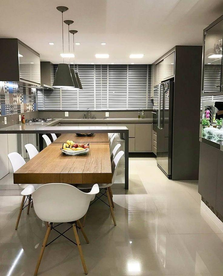 """778 curtidas, 9 comentários - Interiores e Arquitetura (@interior.inspira) no Instagram: """"Uma linda cozinha para hoje! Tons sóbrios, matérias reflexivos e madeira, nós adoramos a…"""""""
