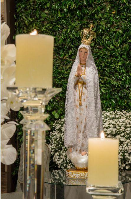 Nossa Senhora na entrada da festa do casamento da Lalá Noleto. Decor todo em branco