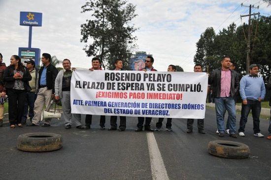 Toman de nuevo SEV y Sefiplan; maestros bloquean un carril de Lázaro Cárdenas - http://www.esnoticiaveracruz.com/toman-de-nuevo-sev-y-sefiplan-maestros-bloquean-un-carril-de-lazaro-cardenas/