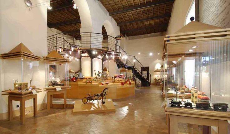 Palazzo Rospigliosi: MUSEO DEL GIOCATTLO: è uno spazio interamente dedicato al giocattolo, di cui illustra l'evoluzione nel corso del XX secolo, con un'attenzione particolare ai legami fra giocattolo e realtà sociale e culturale.