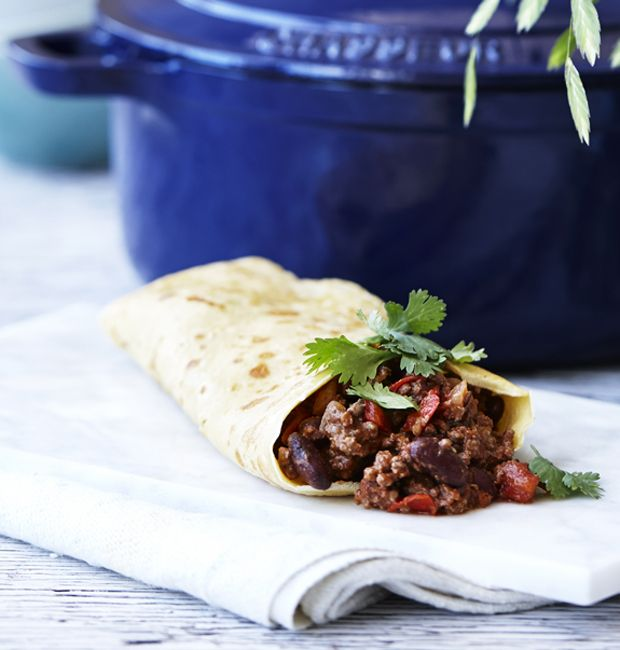 Det er faktisk ret nemt at lave hjemmelavede tortillas, se med her, hvor vi viser dig trin for trin, hvordan du gør. Få også opskriften på en lækker og spicy chili con carne.