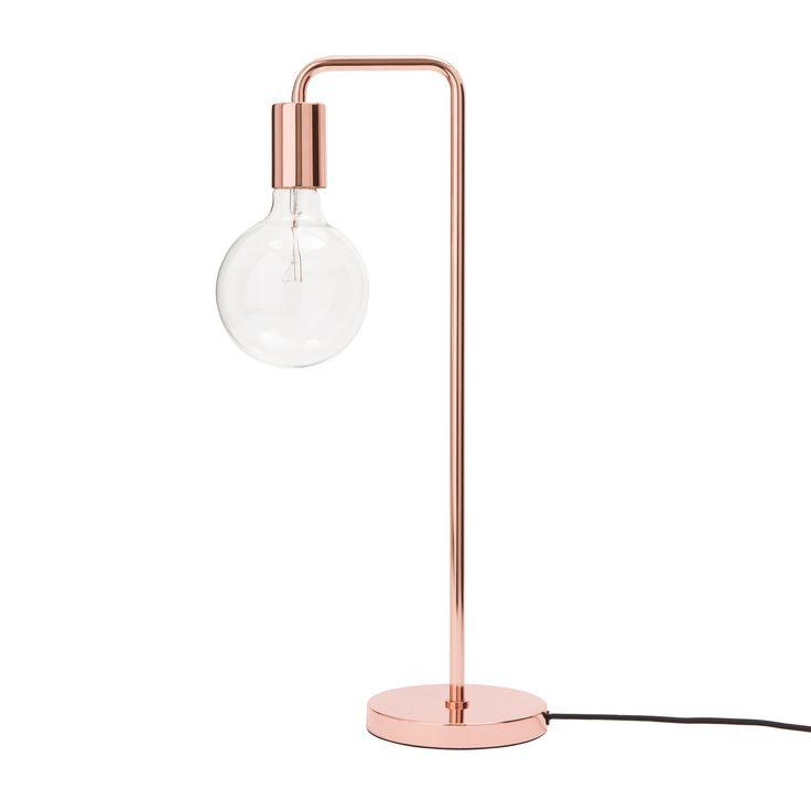 Für unsere Tischlampe Vida wird eleganter Edelstahl in dänischem Design…