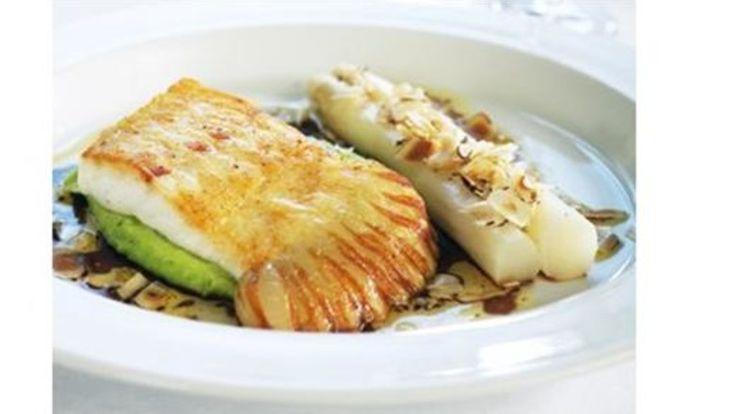 Pannestekt piggvar med hvite asparges