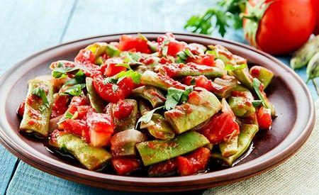Hier finden Sie ein Rezept zur Zubereitung von Buschbohnen mit Tomaten.Mit frischem Basilikum serviert ist dieses Gericht ein wahrer Gaumenschmaus.