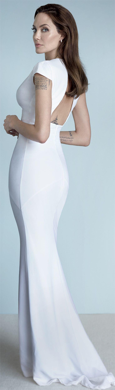 Vestido de noiva liso, simples e elegante, com decote nas costas Modelo exibido por Angelina Jolie by Mario Testino, na Vanity Fair Dezembro 2014.
