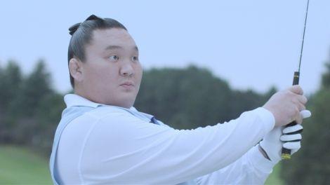 ゴルフウエアを着た白鵬が『クリネックス アクアヴェール』の新CMに出演(CMカットより)