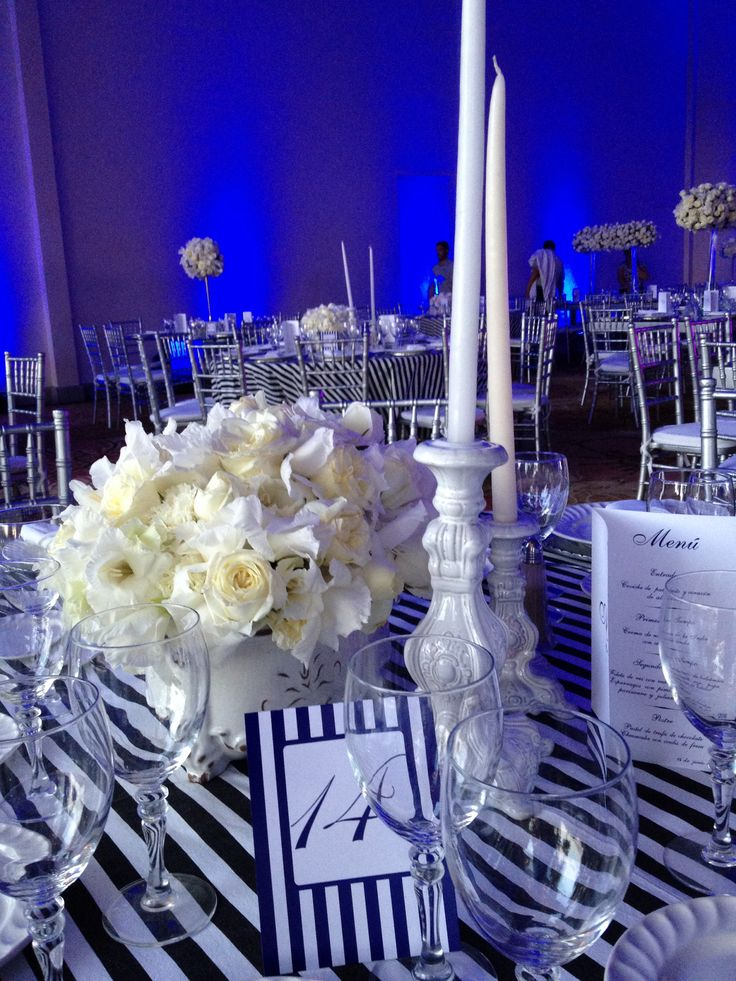 Boda en blanco con azul royal a rayas dise ada y for Mesas de bodas decoradas