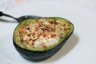 Healthy & Hearty Breakfast Idea: Egg Baked in an Avocado!! How Genius is that?!!?
