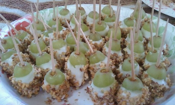 """""""Caramel Apple Bites""""-Green grapes dipped in candy coating and rolled in nuts.  Add a toothpick for easy finger food that tastes EXACTLY like a caramel apple!  DELICIOUS!  (Via Muang)"""