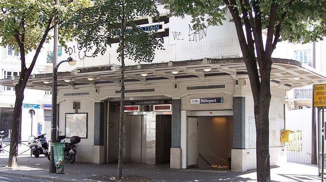 Pelleport • Ligne 3 bis Ce n'est pas nous qui le disons, mais les statistiques de la RATP : Pelleport est la deuxième station la moins fréquentée de tout le réseau. Il faut dire qu'elle se situe aux confins du 20e arrondissement, sur une ligne qui ne sert à rien, la 3 bis. C'est simple, Pelleport est tellement déserte que France 2 y a tourné un épisode de la série 'Un gars, une fille'. Un gars, une fille, soit l'équivalent du trafic journalier dans la station.