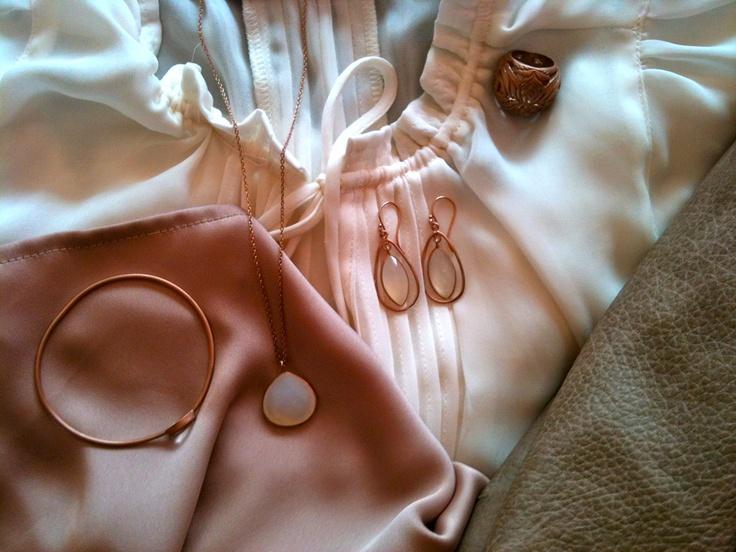 Stylisches Nude-tones-outfit mit rose versilbertem Schmuck von JEWLSCPH
