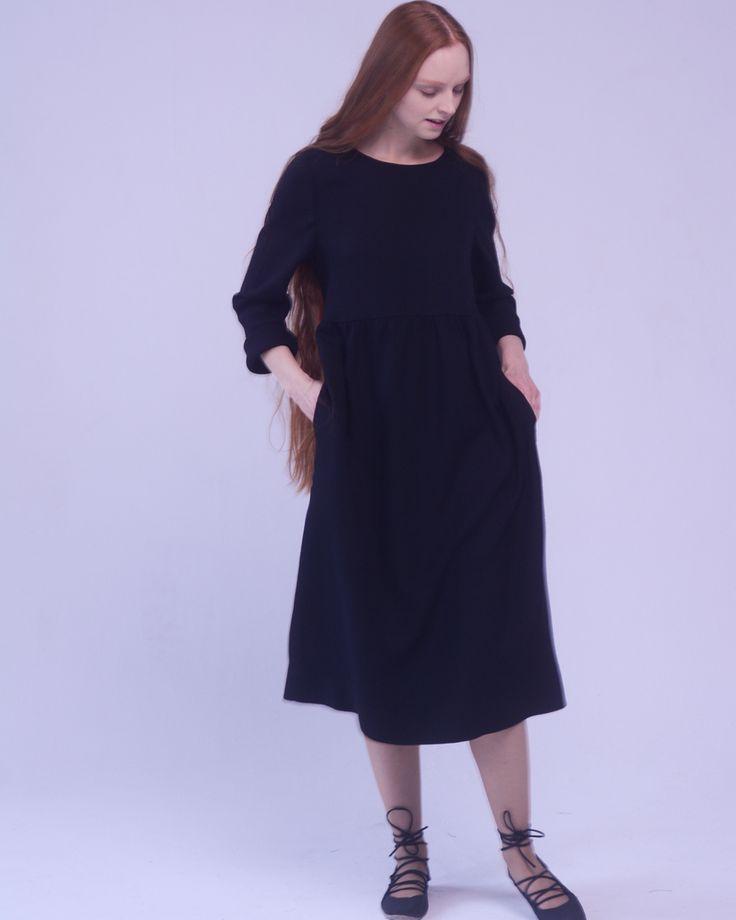 Это всё равно что попасть на первое место какого-нибудь популярного чарта🔝 Быть в ТОПе. Наденете это платье и будете испытывать примерно такие же чувства. . 💯Во-первых, потому что оно собрало в себе все хиты этого сезона: укороченный лиф, присборенная юбка и длинный рукав косого кроя, который удобно регулировать по длине🔥 . 💯Во-вторых, оно будет отлично сидеть как на миниатюрных Красотках, так и на тех Красотках, у которых есть свои секреты (и хочется их скрыть от чужих глаз)🙈 Например…