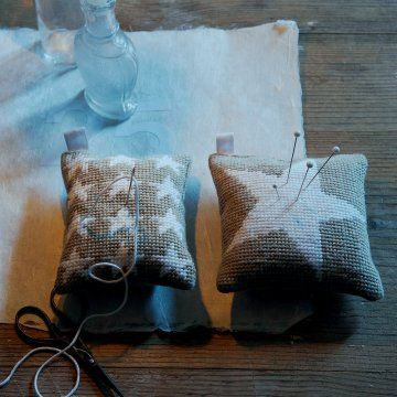 Frieze or large format, the stars are reasons that can not get enough. Synonyms or night magic, they are often used at the time of Christmas. We have chosen to represent them on mini-linen cushions whose top is actually a canvas. The stars are embroidered half-point white on a nice background taupe. Works are finally adorned with a piece of ribbon folded in half, allowing you to hang or you see fit. Keyrings, blanket, picnic needle ... they will bend to your every whim!