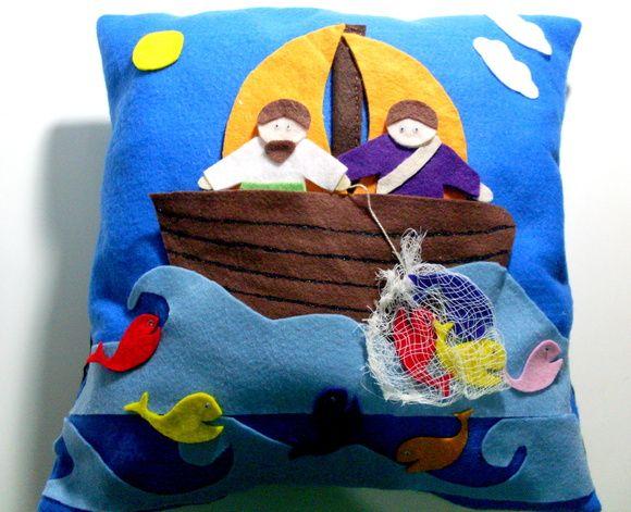 """Almofada feita em feltro para que as histórias da bíblia contadas para as crianças se tornem mais atrativas.  TEMA: A pesca maravilhosa    """"Ide para onde as águas são profundas e laçai as vossas redes para pesca!"""" - Lucas 5:4 R$ 65,00"""