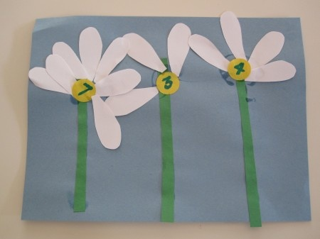 A Great Daisy Craft/Math Activity for the Little Ones! :) Jodi from www.CFClassroom.com {The Clutter-Free Classroom}