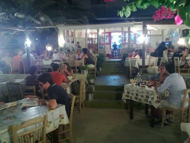 Döndükten sonra odalarda kısaca kalıp hemen günün son gecesini Oxamos isimli restoranda geçirmeye karar veriyoruz... Daha fazla bilgi ve fotoğraf için; http://www.geziyorum.net/milos/