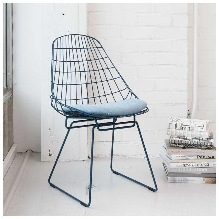 De Pastoe #SM05 Wire Chair Stoel, ontworpen door Cees #Braakman en #Adriaan #Dekker, was één van de eerste stoelen volledig vervaardigd uit draadstaal. Het tijdloze ontwerp uit #1958 is opnieuw in productie genomen. In 2015 introduceerde Pastoe de nieuwe kleuren, waaronder deze prachtige Pacific Blue variant!   #Pastoe #SM05 #Wire #Chair | #MisterDesign