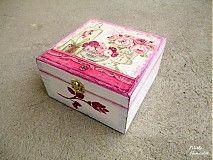Krabička/šperkovnica dekorovaná dekupážou v štýle shabby chic s motívom ruží.