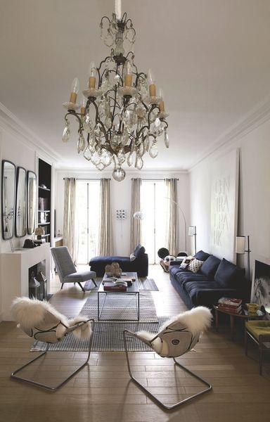 Le salon contemporain d'une maison bourgeoise à Paris. Plus de photos sur Côté Maison http://petitlien.fr/7slz