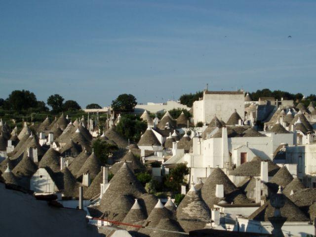 CASA VACANZE MIRATRULLI - ALBEROBELLO. L'appartamento è a pochi passi dalla zona monumentale e dal rione aia-piccola. Alberobello è in provincia di Bari, in Puglia, al centro della Valle d'Itria e della Murgia dei trulli. E' celebre soprattutto per le sue caratteristiche abitazioni, chiamate trulli che, dal 1996, sono patrimonio dell'umanità dell'UNESCO. Parti con noi per le tue vacanze: http://www.bbplanet.it/casa-vacanze-miratrulli-alberobello_s37926/it/