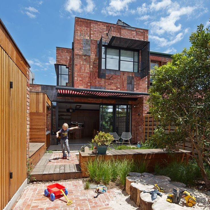 Cubo House in Fitzroy North, Melbourne, Australia by PHOOEY Architects. Photography by Peter Bennetts. More #bricks and #blocks on the blog.