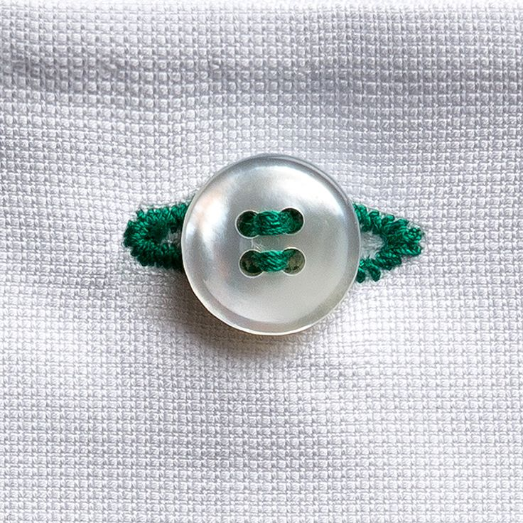 Welcome #Tuesday! Pochette Eyelet milano di piquet di cotone bianco con asola verde cucita a mano. Che lo stile sia con voi! #eyeletmilano #pochette