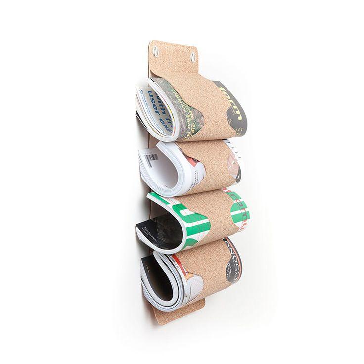 MR. BUTLER é um guardador de garrafas e/ou revistas. Feito de pele de cortiça, uma combinação de aglomerado de cortiça que forma uma estrutura de suporte muito resistente, este porta-garrafas de parede é a solução perfeita para organizar a sua coleção de vinhos. Cada um dos suportes segura até 25kg, o que é muito mais do que o necessário. Leve o MR. BUTLER para casa e deixe que ele faça aquilo que ele sabe fazer melhor, guardar as suas garrafas.