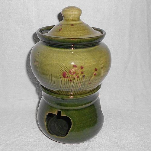 A kézműves vásárok elképzelhetetlenek a híres pécsi keramikus, Bedő Anikó, portékái nélkül. Almasütője az egyik legszebb termékünk. Nagyon ízletes alma készülhet ebben a remek, zöld, mintás sütőben. Nem kell más hozzá, mint egy