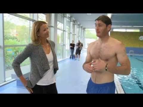 Henning Fritz beim Schwimmen mit Franziska van Almsick