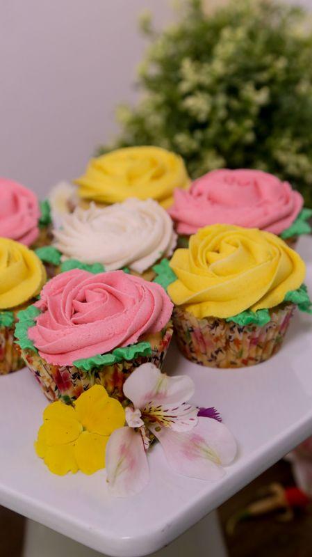 Consiente a tu mamá con esta deliciosa y sencilla receta de cupcakes de vainilla. Los cupcakes quedan muy esponjosos y los puedes decorar en forma de flores para regalárselos a tu mamá.