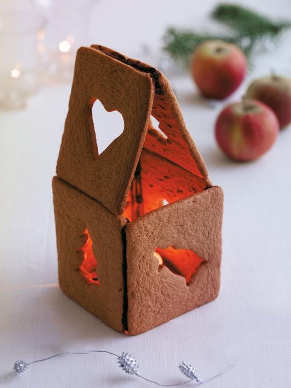 Piparkakkulyhty luo ihanan tunnelman: http://www.dansukker.fi/fi/inspiroidu/sesonkiherkut/joulu/jouluaskartelua-sokerista.aspx Älä kuitenkaan jätä kynttilää vartioimatta. #piparkakku #joulu #joulukoristeet #lyhty