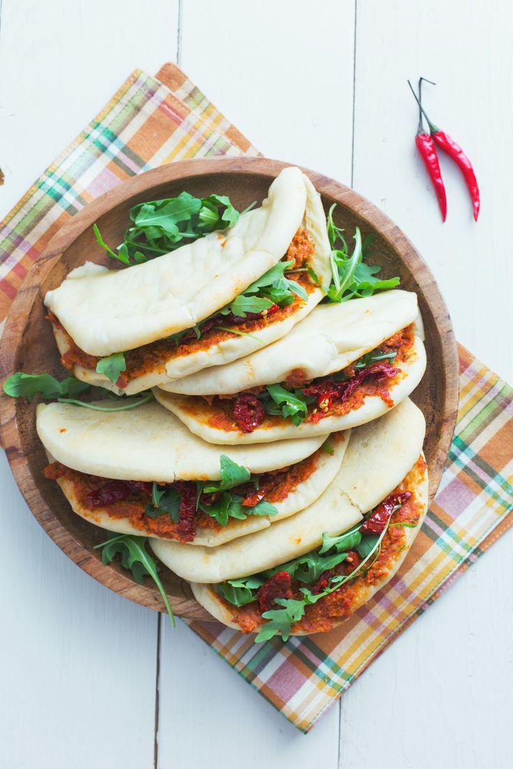 Pita con hummus di pomodori secchi: prova una variante vegetariana del classico street food greco.  [Pita with dry tomato hummus]