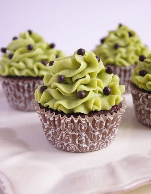 Chocolate cupcakes with pistachio mousseline cream (French frosting recipe) | I Love Cakes