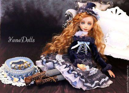 Купить или заказать Мишель в интернет-магазине на Ярмарке Мастеров. Мишель, будуарная кукла. кукла в смешанной технике. Голова и руки ливинг долл, тело текстильное. Суставы-деревянные бусины, кукла очень подвижна, принимает любое положение. Рост 53 см. Волосы можно расчесывать и заплетат. Платье из бархата и хлопка, с нижней фатиновой юбкой. Кружева, шелквые ленты, бумажные розочки. Сапожки из натур.кожи ручной работы. Шляпка из бархата, гипюра и батиста.