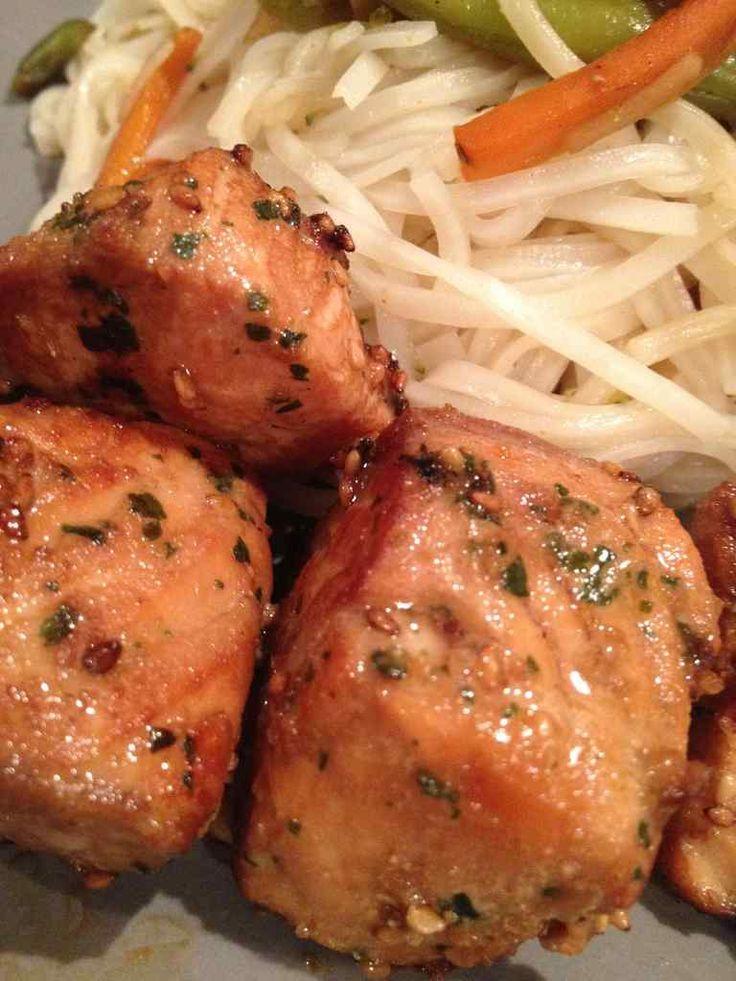 Saumon mariné aux graines de sésame -400 g de saumon frais  -1 c à c de miel  -1 c à c de gingembre en poudre  -1 c à c d'huile d'olive  -2 c à s de sauce soja  -une gousse d'ail  -1 c à s de coriandre hachée (surgelée pour moi )  -1 c à c de graines de sésame