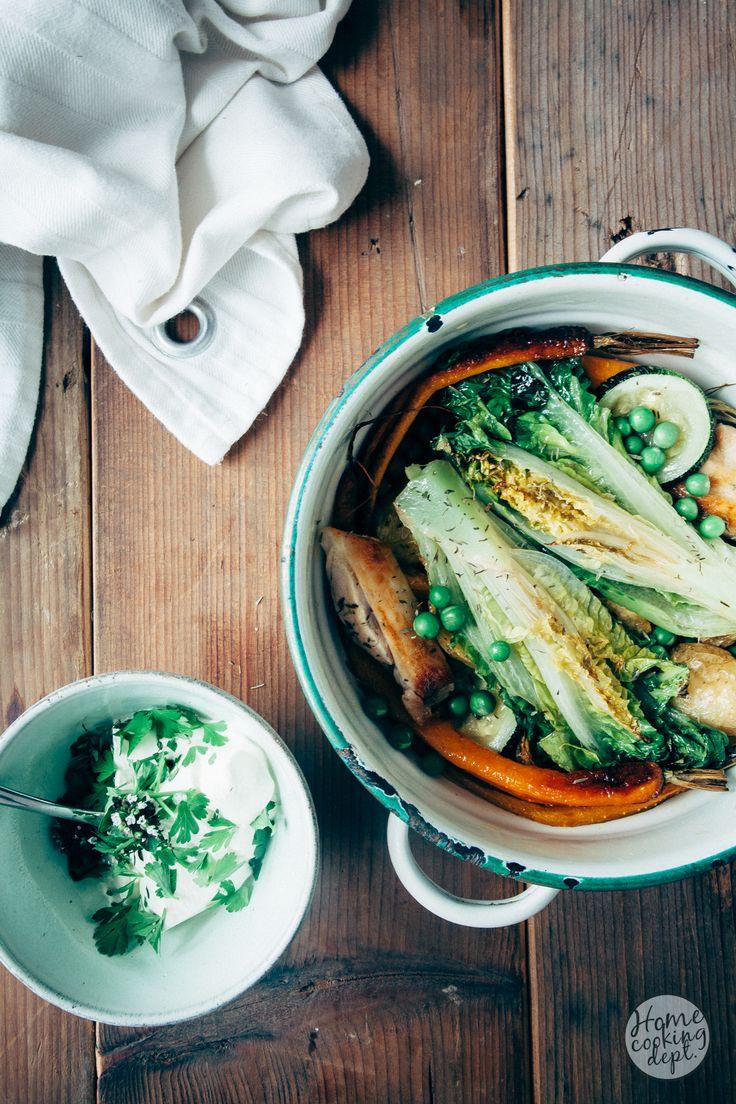 Zomerse Franse 'jardinière' groenteschotel van geroosterde zomergroenten met kip + frisse kruidenroom.