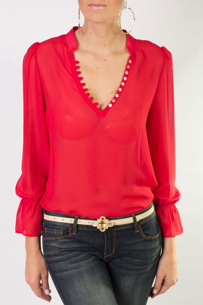 Blusa de chiffon de manga larga en color rojo, cuello V y que combina perfecto con accesorios dorados.
