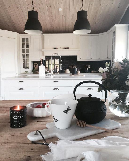 Białe szafki z czarnymi dodatkami w przestronnej kuchni - Lovingit.pl