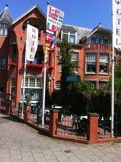 Marienpoel Hotel Leiden  Description: Het in 'Jugendstil' stijl gebouwd pand door de architect H.J.Jesse uit 1907 voldoet aan alle eisen van de moderne tijd. Het klassieke karakter is in tact gelaten waardoor een mooie combinatie van functie en stijl is ontstaan. Het Mariënpoel Hotel op de hoek van de Mariënpoelstraat en de Rijnsburgerweg heeft een toepasselijke naam; ooit - in de Middeleeuwen - stond het Mariënpoel klooster er tegenover. Het hotel ligt op loopafstand van het Centrum…