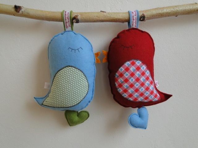 Spieluhr *Vögelchen*, rot - tolles Detail mit dem Herz-Anhänger