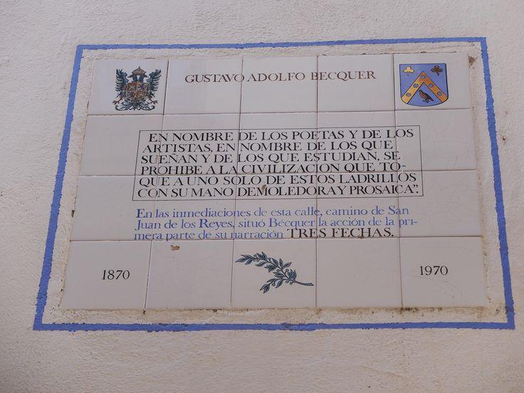 Plaza de mosaico de azulejos junto al Arquillo de la Judería que recuerda que estamos en el escenario de la Leyenda de las Tres Flechas de Gustavo Adolfo Becquer