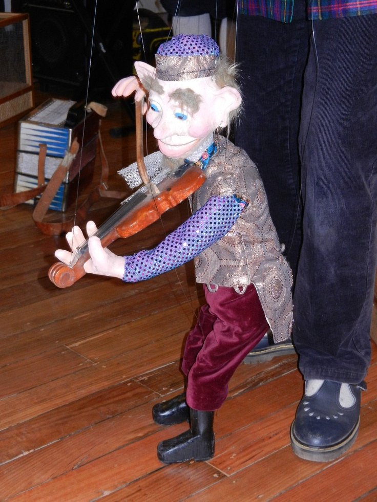 Hunkydory puppet fun at the school
