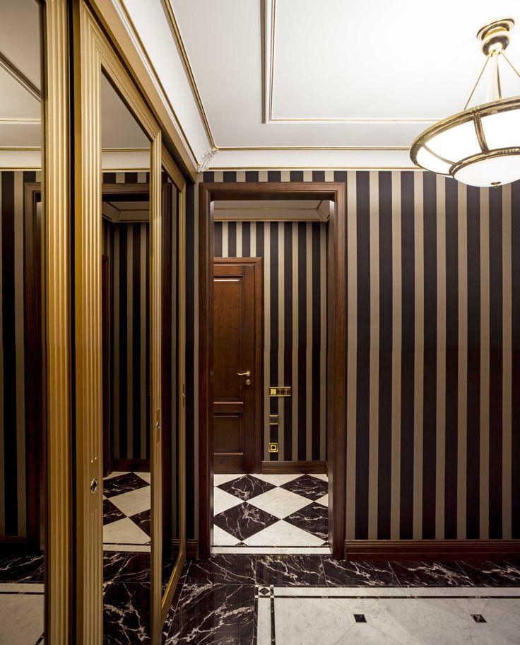 Дизайн холла. Стены оклеены текстильными обоями в вертикальную полоску.  architectural studio INSCALE  #hall #halldesign #design #interior #homedecor #interiordesign #inscale #inscalestudio #artdeco / интерьер в ар-деко / дизайн квартиры / дизайн квартир петербург / интерьер в ар-деко