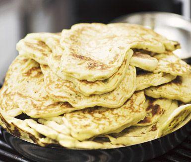 Gör ditt eget naanbröd att servera till din indiska middag. Stek dina naanbröd i olja på hög värme några minuter per sida. Servera bröden varma till en härlig och smakrik indisk måltid.