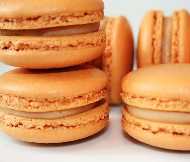 Macarons caramel beurre salé - les meilleurs ! Pour une super recette : lacuisinedebernard.com
