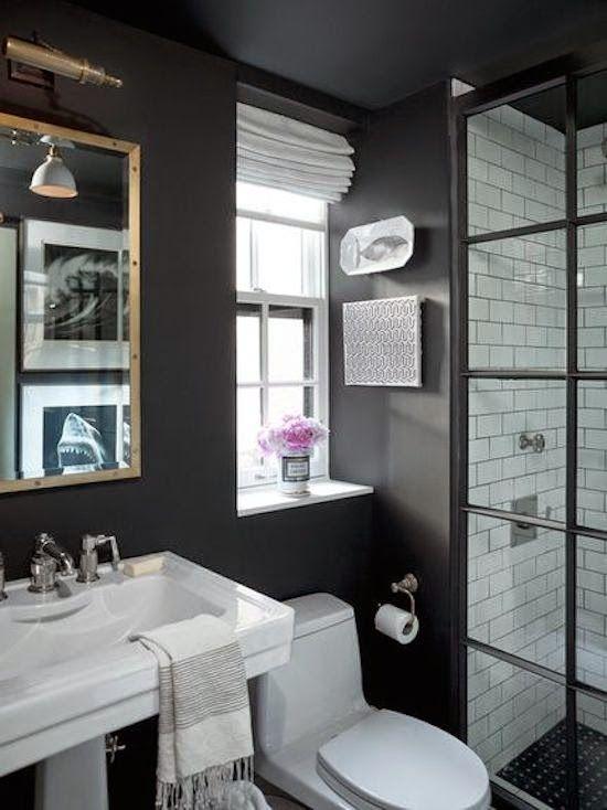 Une sympathique petite salle de bain black and white