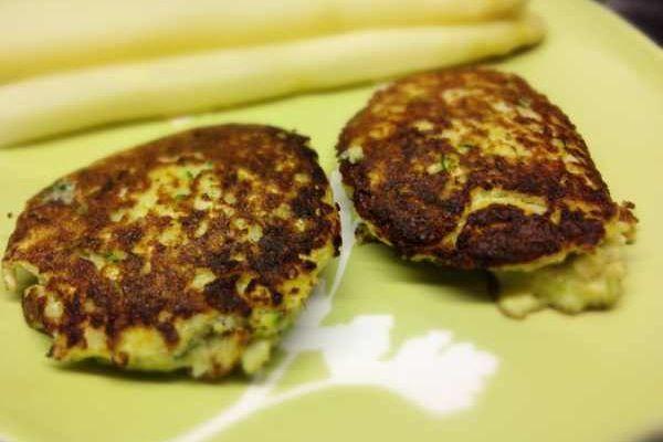 Der Blumenkohl-Brokkoli-Bratling mit Käse ist eine leckere Beilage zu Fleisch, Fisch oder zu Spargel. Ersetzt man Käse durch Salz, wird es Paleo.
