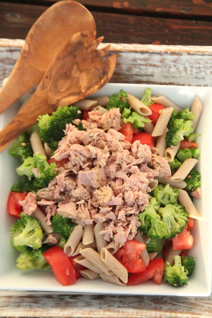 Pyszna, sycąca i jednocześnie lekka sałatka z makaronem i tuńczykiem. Idealna na lunch do pracy.  Prosta i szybka w przygotowaniu. Dla z...
